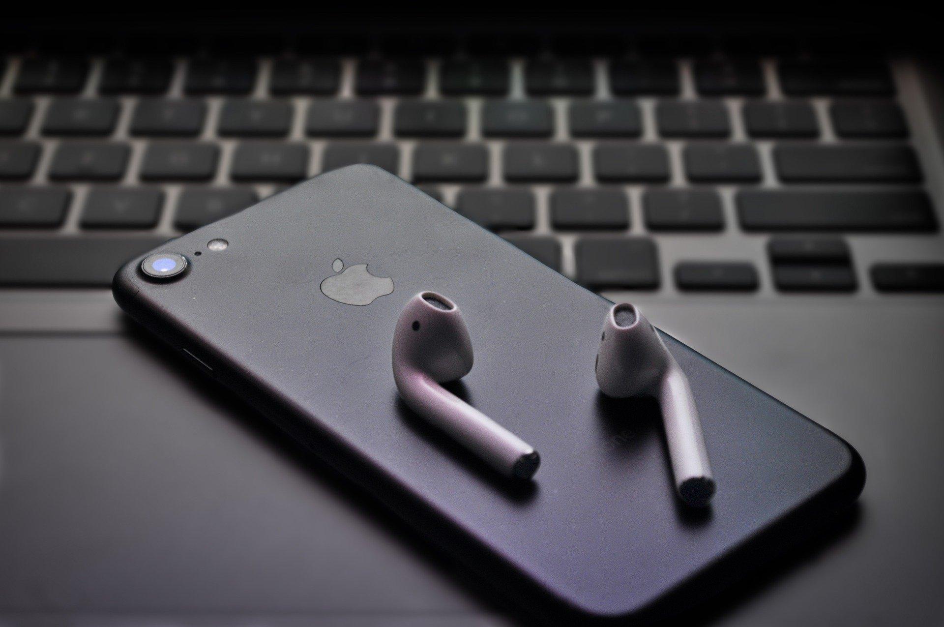 AirPods placés sur un iPhone